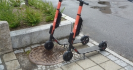 Zwei Voi E-Scooter in Oslo