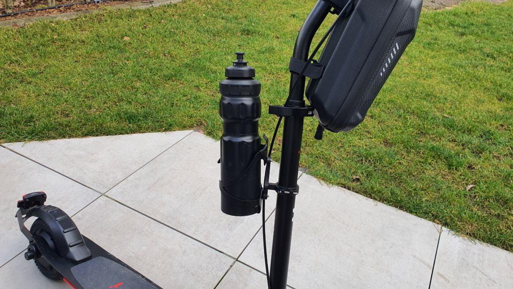 E-Scooter Getränkehalter Test - Halter mit Flasche
